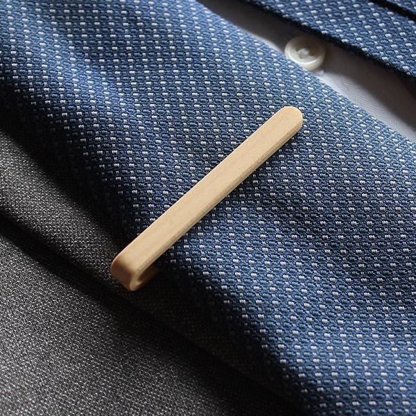 ネクタイの印象を引き締める主張し過ぎないネクタイピン、ネクタイの柄や色を問わずおしゃれにコーディネートできます。