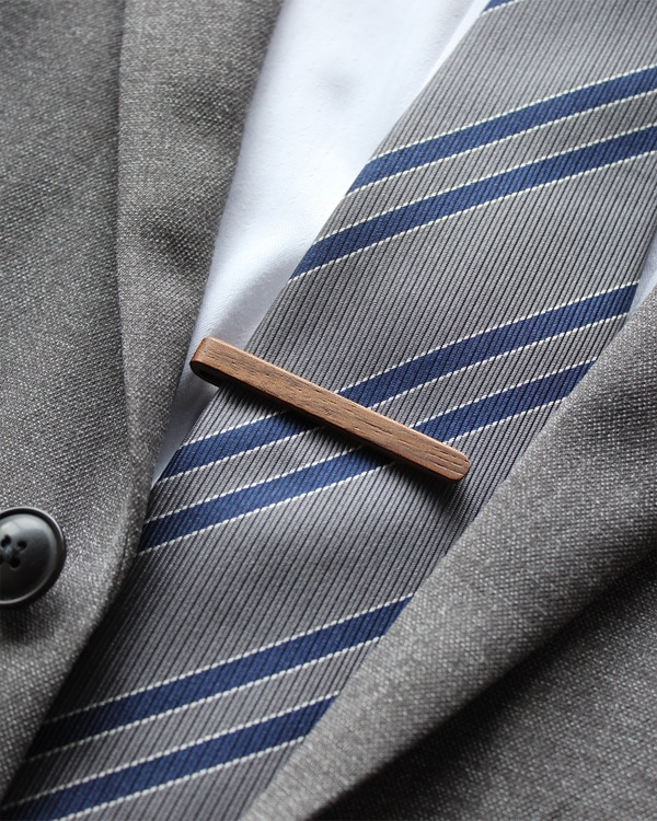 本物の木から削り出した芸術品のような木製ネクタイバー「Tie Bar」