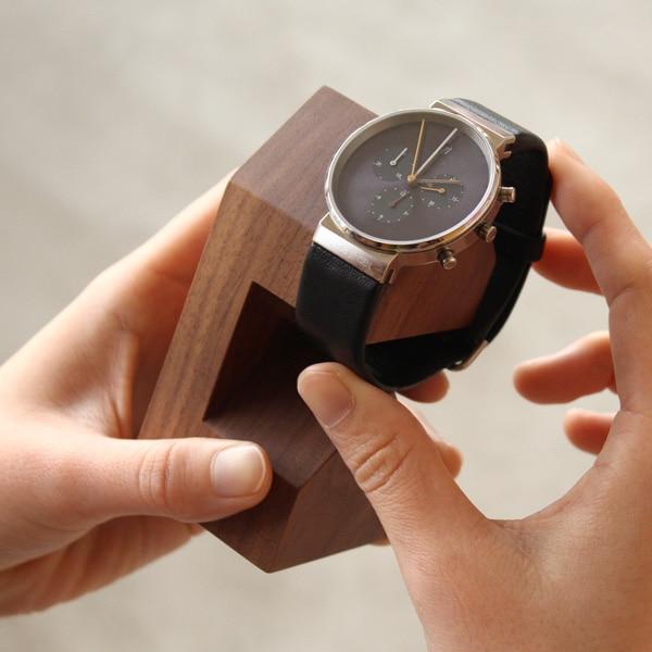 シンプル構造で腕時計の着脱が簡単に行えます。