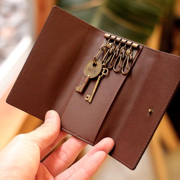 大きく開いて鍵の収納がしやすい三つ折りタイプのキーケース。メンズ/レディース