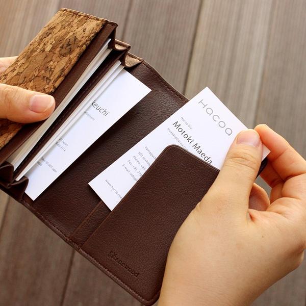 出し入れしやすいサブポケットも備えたコルクレザーのカードケース