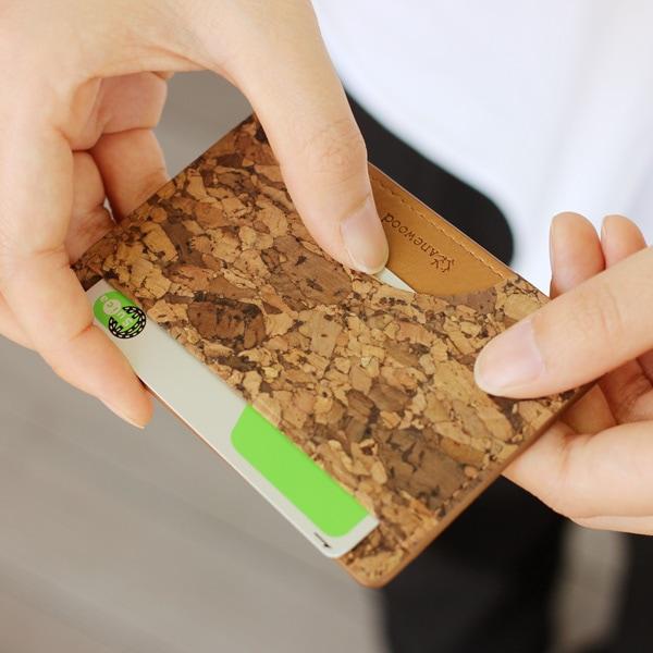 コルクレザーを活用、薄く、かさばらず、無駄のないカードケース