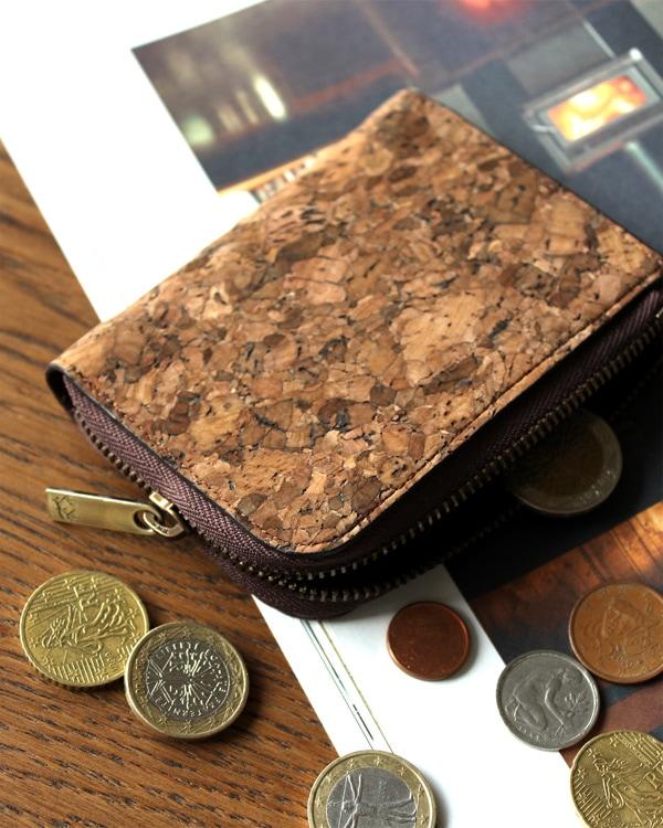 手のひらに収まり、持ち運びに便利なコルクレザーのコインケース・小銭入れ