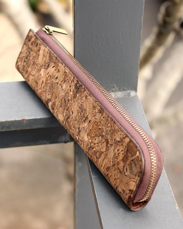 細身で気軽に持ち運べる、シンプルなコルクレザーのペンケース「CONNIE Twig Pen Pouch」Anewoodブランド