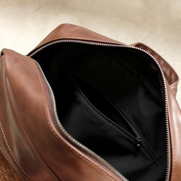 内側に小さなポケットがついて小物の収納に便利