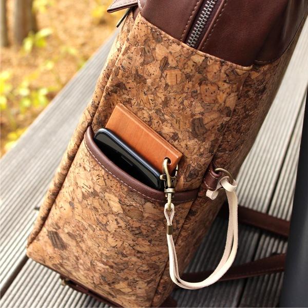 iPhoneなどのスマートフォンや定期入れも収まる大きめなサイドポケット