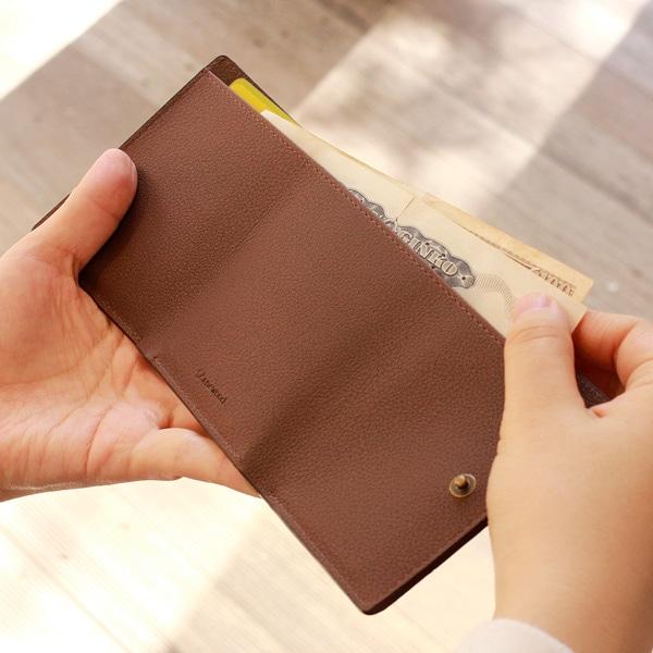 お札を三つ折りできれいに収められるように、スペースをしっかり確保しています。