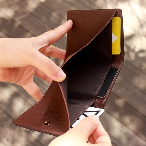 お札入れにはカードポケットが3箇所備わっています。1箇所につき最大3枚を重ねて、合計9枚のカードが収まります。