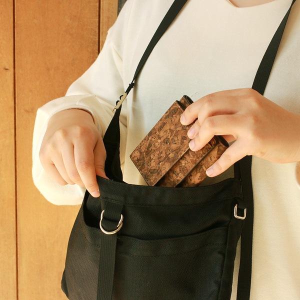 ポーチやミニバッグなどに入れてもかさばらないコンパクトな財布。