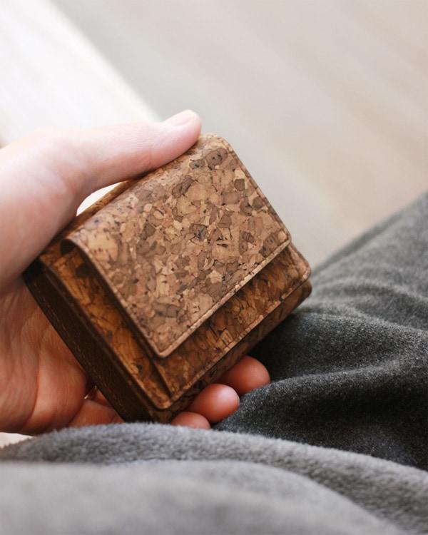 コルクレザーを使用した手のひらサイズのミニマル財布「CONNIE Triple Wallet Mini」