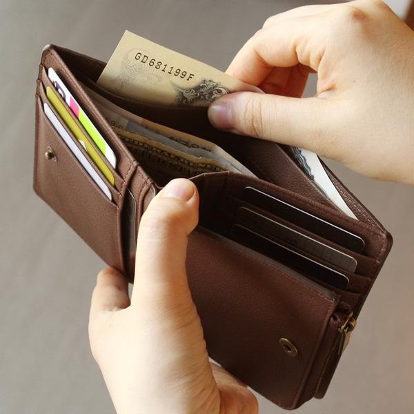 お札が収まるメインポケットには、整理しやすいように仕切りがついています。