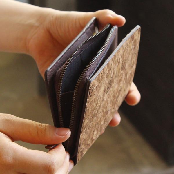 小銭入れはL字のファスナーで大きく開閉。財布を開かずにすぐ取り出せるので、コインケースのような使い方もできます。