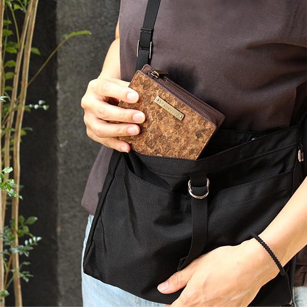 天然素材の風合いが、キレイめからカジュアルまで様々なシーンに合わせやすい財布です