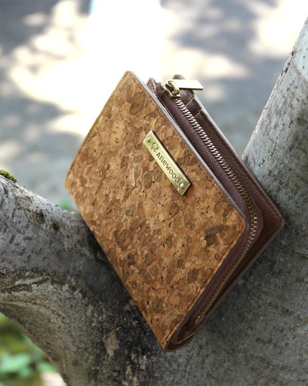 ミニバッグにも収まるコルクの二つ折り財布「CONNIE Double Wallet Half」