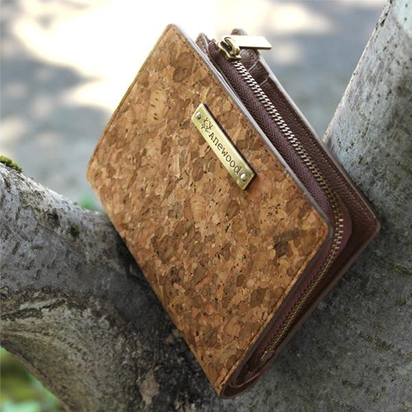 ミニバッグにも収まる二つ折り財布「CONNIE Double Wallet Half」
