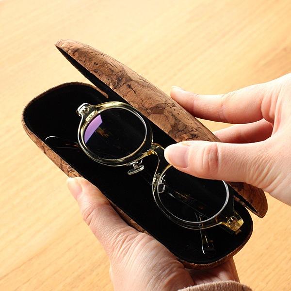 内側は光沢のある起毛素材を使用。メガネを優しく包むハードタイプのメガネケース
