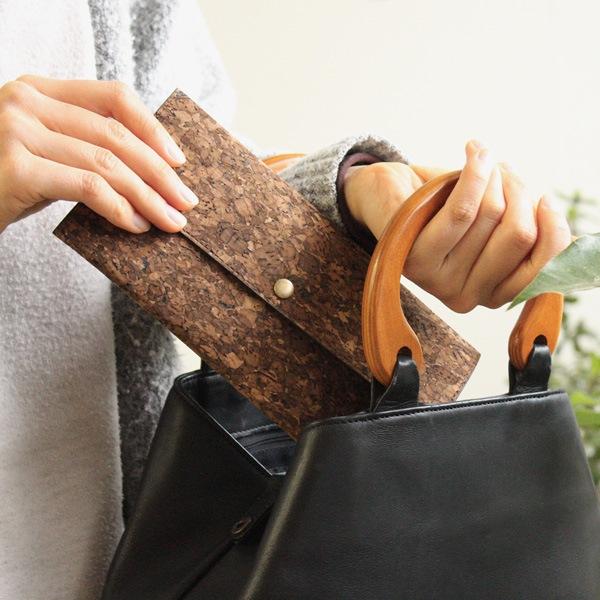 鞄に入れてもかさばらない、持ち運びに便利な薄手のマスクケース
