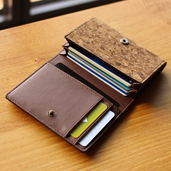 複数のポケットでクレジットカードやポイントカードの分類がしやすいカードケース