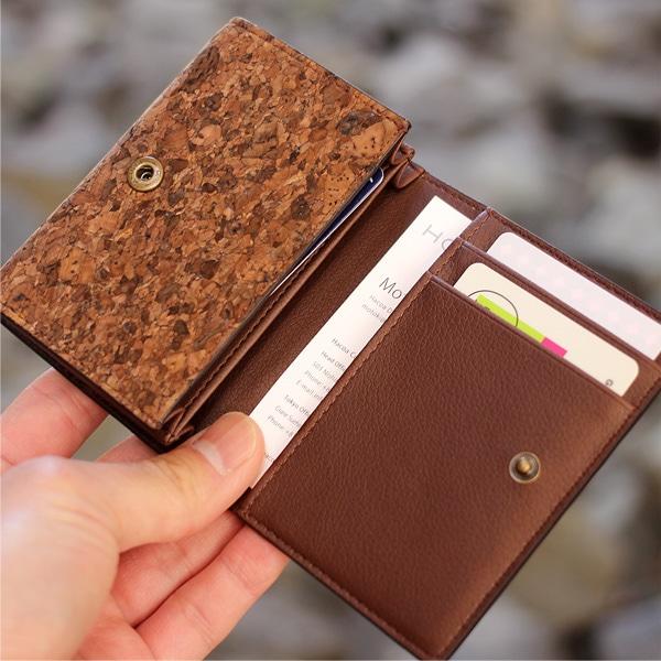 ポイントカード類以外にもお札や名刺を入れられるカードケース