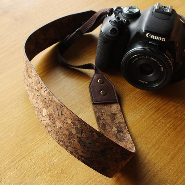 カメラストラップでは珍しいコルクレザーを使用
