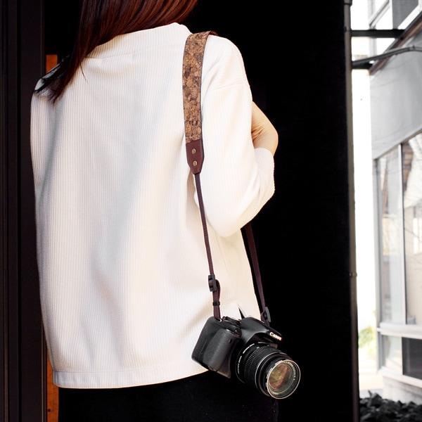 シンプルな服装のアクセントになるかわいいカメラストラップ