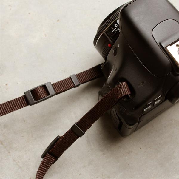 平紐タイプのカメラストラップ。一眼レフカメラにもお使いいただけます。