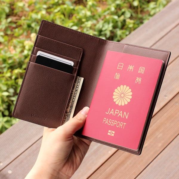 カバータイプのパスポートホルダー。カードやお札、航空券も一緒に収納可能です。