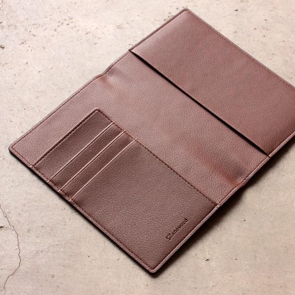 3つのポケットと1つのフラップも備えた、おしゃれなパスポートケース