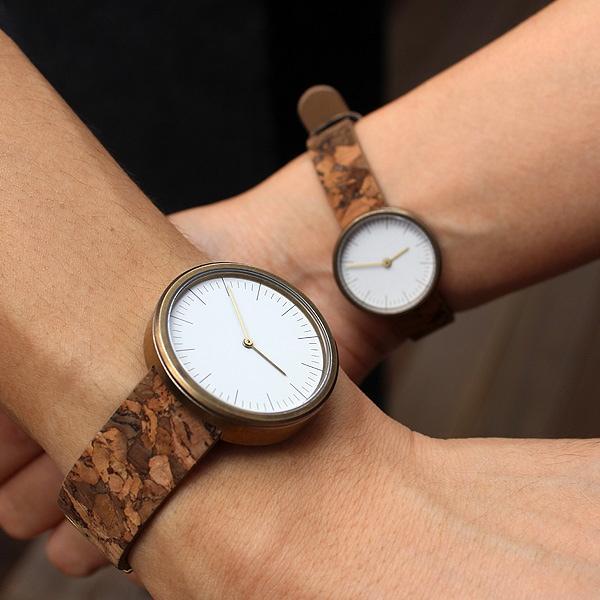 服装を選ばないシンプルな腕時計は、着こなしの良さを引き立て、センスのよさをアピール
