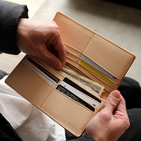 お札入れと、レシートなどをしまえるポケットが1つずつ、カードを収納するポケットが12箇所あります。