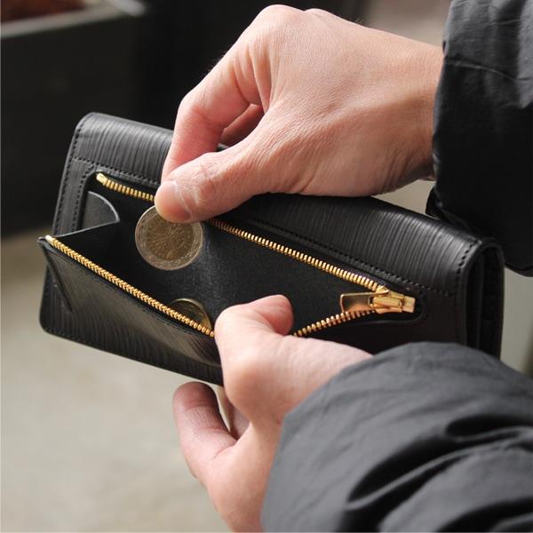 小銭入れは財布の背面に。マチ付きのジッパー仕様で出し入れも容易です。