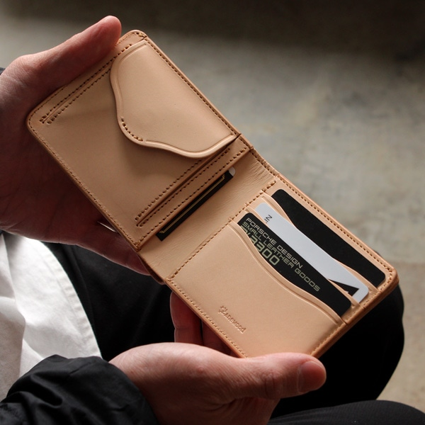 小銭入れが1つと、カードポケット3つ、その他のポケットが2つあります。
