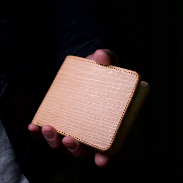 木目の凹凸と、なめした本革の手触りは唯一無二。1つひとつ異なる表情で、あなただけの財布に育っていきます。