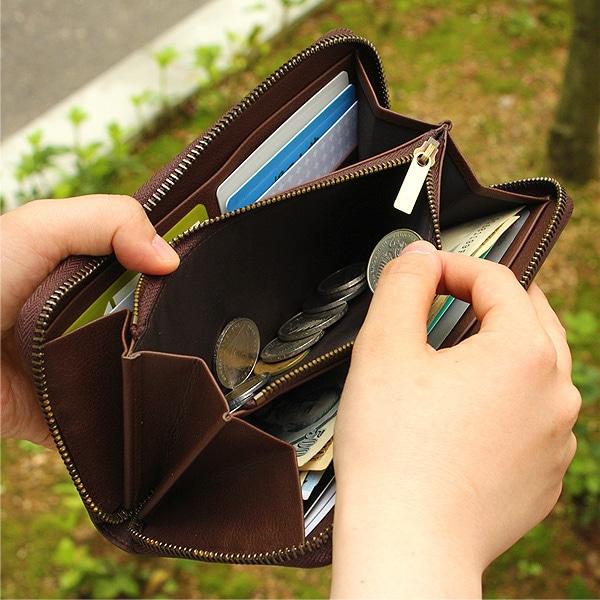 硬貨を収納するポケットもジッパー仕様。マチ付きで大きく開くため、スムーズに取り出すことができます。