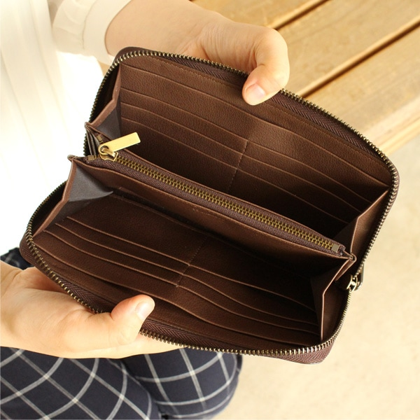 12箇所のカードポケットと2箇所のフリーポケットも備えた大容量の長財布