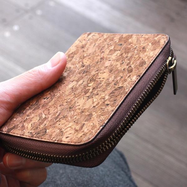 長財布と二つ折り財布の中間くらいのサイズが使いやすい、コルクレザーのミドルウォレット