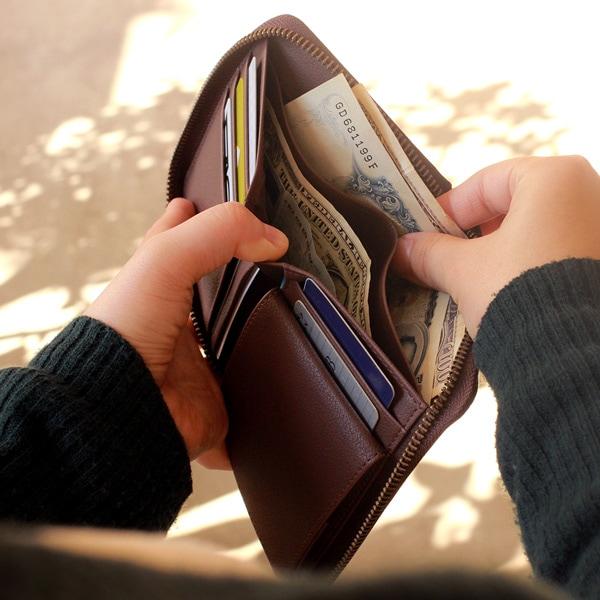 お札入れには仕切りが付いています。紙幣やレシートを分けて収納することが可能です。