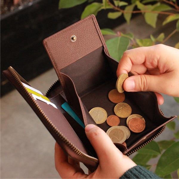 コインポケットはマチ付きで大きく開くため中が見やすく、硬貨をスムーズに取り出すことができます。