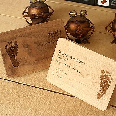 「Message Board」出産祝いのギフトプレゼントに赤ちゃんの足跡を刻印、無垢材のおしゃれなメッセージボード