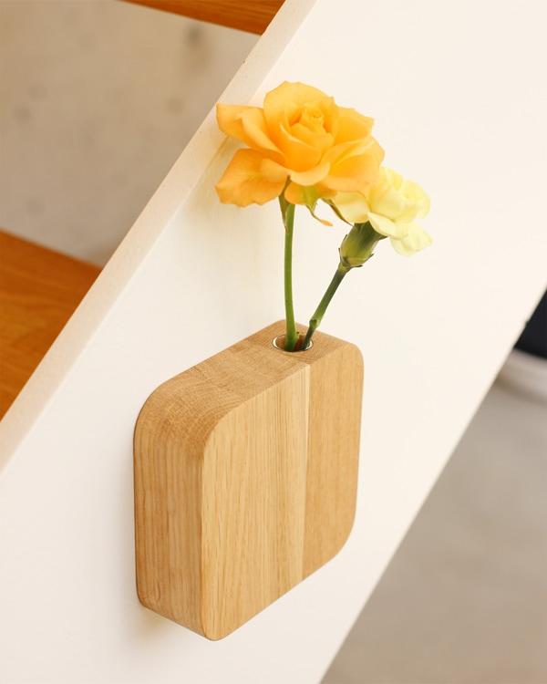 マグネットで貼り付ける、木製の壁掛け一輪挿し・フラワーベース「Block-FlowerVase」