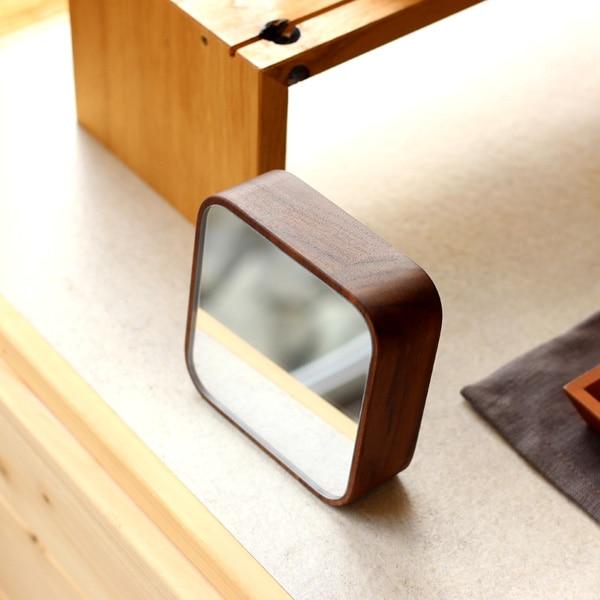 デスク上でも場所をとらないコンパクトな木製ミラー。