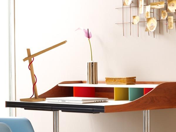消費電力わずか6W・デザイン性に優れた木製デスクスタンド