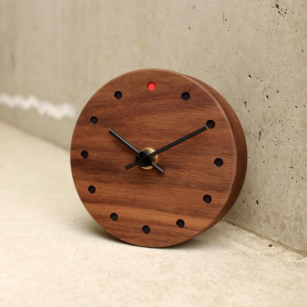 文字盤に無垢の木材を使った温もりあふれる木製時計。(写真:ウォールナット)