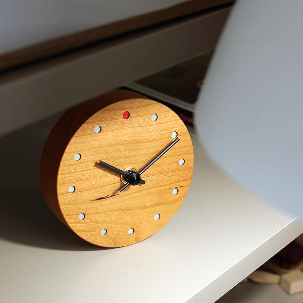 シンプルでおしゃれな木製時計。(写真:チェリー)