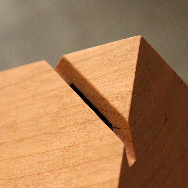 無垢の木材から削り出してつくった貯金箱。 (写真:オーク)