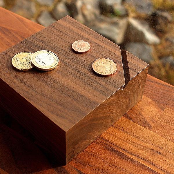 オブジェのように美しい木製の貯金箱
