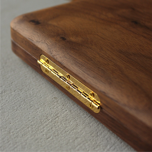 高級感があり品もある美しいゴールドの丁番を採用。