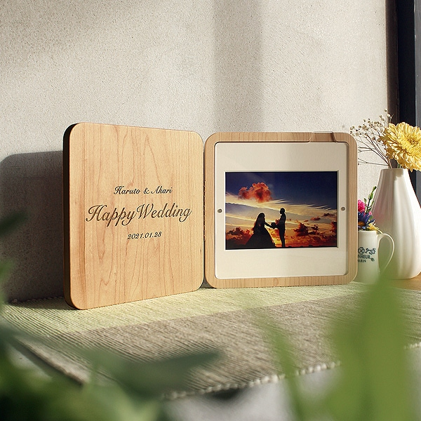 銘木にレーザー刻印を刻む「Engraved Photo Stand」