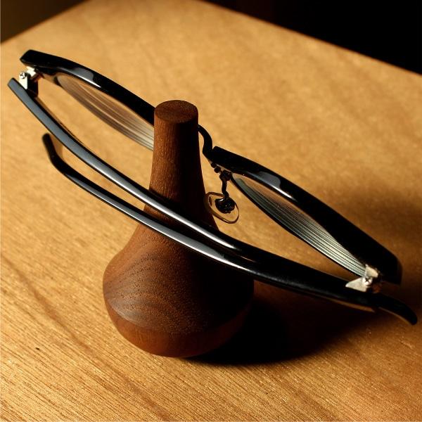 眼鏡やサングラスの置き場所を作ってくれる逸品に仕上がりました。