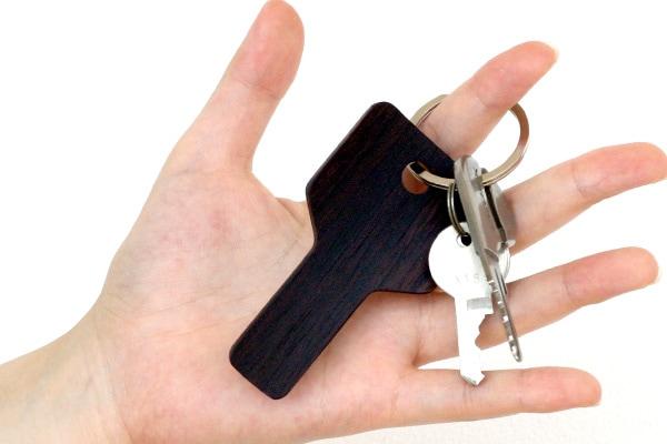 鍵のかたちをした携帯用靴べら「Key Shoehorn」